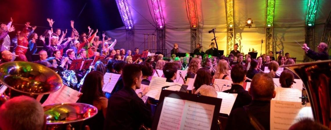 Orchester und Chor …